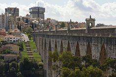 Aqueduto das Águas Livres - Uma das principais obras de engenharia da cidade é o Aqueduto das Águas Livres, construído a partir de 1732. Além da importância para o abastecimento de água na cidade, a construção é um belo exemplo de arquitetura barroca e neoclássica. Com uma extensão de cerca de 59km, os destaques são a Arcaria do Vale de Alcântara, o Arco das Amoreiras e a Mãe d'Água das Amoreiras
