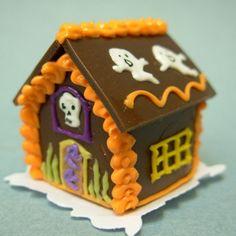 Halloween gingerbread house Halloween 20, Halloween Crafts, Halloween Stuff, Halloween Gingerbread House, Gingerbread Houses, Hello Autumn, Holiday Treats, Crafty, Beehive