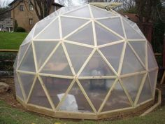 These are domes that people have built using the Geo-Dome plans. A build. The dome covered in glass and used as a conservatory. Geodesic Dome Greenhouse, Geodesic Dome Homes, Home Greenhouse, Outdoor Life, Outdoor Rooms, Triangle Building, Dome Structure, Eco Buildings, Dome House