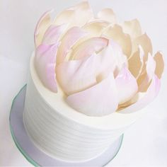 """""""How amazing is this lotus flower cake by @francesmencias"""""""