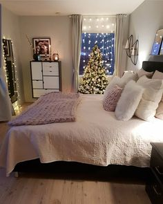 Girl Room Decor Ideas - What should every bedroom have? Girl Room Decor Ideas - How do I make my room cute? Winter Bedroom, Cozy Bedroom, Modern Bedroom, Winter Bedding, Bedroom Bed, Bedroom Romantic, Bedrooms, Girl Bedroom Designs, Room Ideas Bedroom