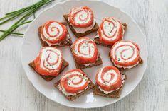 Queste tartine al salmone e formaggio sono tanto originali e sfiziose quanto facili da realizzare. Prova la ricetta del Cucchiaio d'Argento!