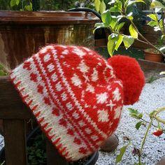 Ensemble bébé bonnet pompon et moufles jacquard laine tricot main layette  cadeau de noël f6f6260d247
