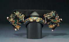 【满洲妇女金点翠嵌珠宝翠玉旗头】 Chinese Hair, Chinese Style, Chinese Fashion, Ancient Jewelry, Qing Dynasty, Hairpin, Chinoiserie, Balenciaga, Cuff Bracelets