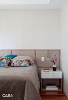 10. Estofada de linho, a cabeceira (Tonny Tapeçaria e Decorações) torna mais confortáveis os momentos de leitura na cama. Luminária da Futura.