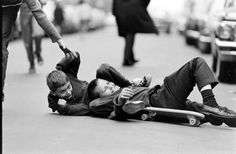This black and white photo series, shot by Bill Eppridge for LIFE magazine five decades ago, illustrates the way in which skateboarding was enjoyed in a more laid-back and less frowned-upon manner in Manhattan. Black N White Images, Black And White, Trip The Light Fantastic, Vintage Skateboards, Photo Series, Time Capsule, Life Magazine, Sport, Great Photos