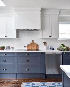 Adorable two-tone kitchen designed by Jessica Leigh McGouran – White N Black Kitchen Cabinets Two Tone Kitchen Cabinets, Cheap Kitchen Cabinets, Farmhouse Kitchen Cabinets, Kitchen Cabinet Colors, Kitchen Redo, New Kitchen, Kitchen Remodel, Kitchen Counters, Kitchen Cabinetry