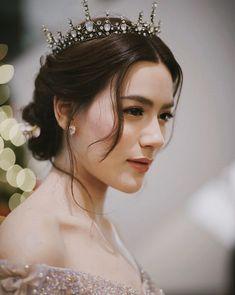 .แลนด์มาร์คแห่งความสุขเริ่มต้นขึ้นแล้ว...มาฉลองเทศกาลส่งท้ายปีกันที่ @CentralWorld นะคะ… Hairdo Wedding, Wedding Makeup, Wedding Hairstyles, Very Beautiful Woman, Beautiful Asian Women, Thai Wedding Dress, Beauty Makeup, Hair Makeup, Kimberly Ann