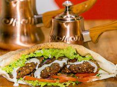 Diferentes receitas do prato, que vão desde as mais sofisticadas, como a que inclui barbecue de goiaba ou as variações servidas em pão de waffle, até as mais tradicionais, são servidas por um preço único de R$8,90.
