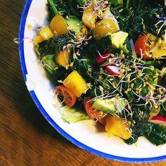 TERESA'S FAVOURITE KALE SALAD 🍃 organic kale + tomàquets cherry + alvocat + brots i germinats variats + alga nori + mango + raves + special Teresa's lime dressing (oli d'oliva + llima + atzavara + pols d'all i ceba + caiena + chipotle) 🔝🔝🔝 I tu, ja utilitzes algues a les teves amanides? 😊  #healthy #healthyfood #healthyeating #healthylifestyle #healthychoices #healthyrecipes #healthymom #healthcoach #iin #iinhealthcoach #realfood #cleaneating #cleanliving #raw #rawvegan #vegan #vegano…