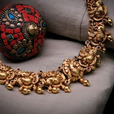 Vibrant Emerald Jewellery Sets That Can Take Your Breath Away Gold Bangles Design, Gold Earrings Designs, Necklace Designs, Indian Jewelry Sets, Womens Jewelry Rings, Terracota Jewellery, Antique Necklace, Antique Jewelry, Emerald Jewelry