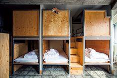 「東京を夜まで遊び尽くす」がテーマのホステル〈WISE OWL HOSTELS TOKYO〉。 | カーサ ブルータス Patio Interior, Interior Exterior, Room Interior, Interior Design, Lofts, Bunker Bed, Pod Bed, Sleeping Pods, Small Dorm