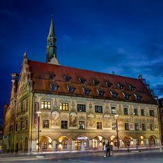 Das stimmungsvolle Poster zeigt das Ulmer Rathaus zur blauen Stunde.  Jetzt auch als Poster. Daten kaufen und herunterladen. Selber nach eigenen Wünschen selbst zum Belichten geben.  http://www.ulm-kalender.de/warenkorb/?wpsg_action=showProdukt&produkt_id=22