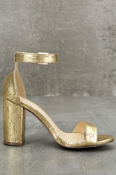 Shine bright day or night in the Morela Gold Cork Ankle Strap Heels! Metallic gold cork is ultra glam across these single sole heels with a peep toe, structured heel cup, and matching ankle strap with gold buckle.