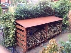 Abri à bois fait avec des palettes - tuto - rem: incliner plutôt le toit vers l'arrière...