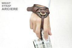 俺の右腕がうずきそうなデジカメリストストラップ: ギズモード・ジャパン