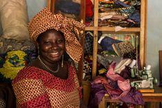 Grazie al contributo del progetto di microcredito questa donna ha avuto l'opportunità di aprire una piccola attività di sartoria e valorizzare le sue abilità artigianali con la creazione di abiti tradizionali.