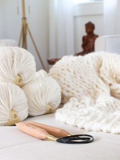 Knit a blanket in a weekend! Easy beginner pat… – Knitting For Beginners Free Chunky Knitting Patterns, Knitted Throw Patterns, Blanket Patterns, Easy Knitting, Knitting Yarn, Crochet Patterns, Knitted Cat, Knitted Blankets, Throw Blankets