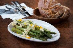 Asparagus salad: seared green asparagus eggs and sprouts Healthy Salad Recipes, Vegetarian Recipes, Fresh Fruits And Vegetables, Veggies, Asparagus Egg, Sprouts, Green Beans, Favorite Recipes, Food