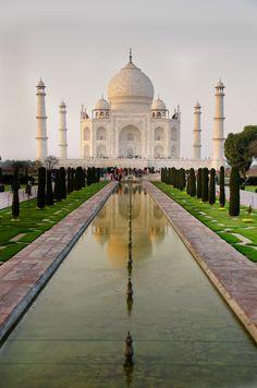 El Taj Mahal es un complejo de edificios construido entre 1631 y 1648 en la ciudad de Agra, estado de Uttar Pradesh, a orillas del río Yamuna, por el emperador musulmán Shah Jahan de la dinastía mogola. (Altura: 73m)                                                                                                                                                                                 Más