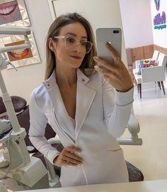 O jaleco Luna é um dos nossos best sellers! 💕😍 O segredo do sucesso??! Vamos l Doctor White Coat, Lab Coats, Blazers, Female Doctor, Dental Hygienist, Med School, African Dress, Scrubs, Medical