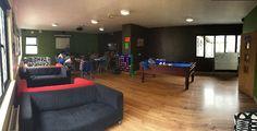 """Common Room   """"Adventure Camp:    Para pasarlo bien, aprender inglés y hacer muchos deportes.      Carlingford es un campamento que acoge a chicos y chicas irlandeses desde hace más de 20 años, con unas instalaciones completísimas     #WeLoveBS #inglés #idiomas #Irlanda #Ireland """""""