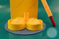 Divertido FofuBolide la princesa Disney Blancanieves, incluye base con libreta roja y bolígrafo puntafina Stabilo color granate. Realizada completamente en goma EVA, cara pintada con pintura acrílica. Todos mis FofuBolis están registradas y está prohibida su copia. http://topfofuchas.blogspot.com.es/2013/12/fofupluma-princesa-disney-blancanieves.html