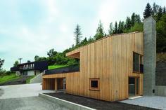 UNERWARTET, VERWANDT, ORTSGEBUNDEN UND DEM HANG FOLGEND…: Das Holzhaus in Piesendorf   Meck Architekten ©Michael Heinrich