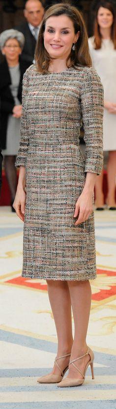 Doña Letizia ha estrenado un vestido realizado en tweed, de corte sencillo: cuello redondo, manga francesa y falda ligeramente acampanada de corte a la rodilla. 23.01.2017