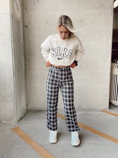 Plaid Pants Outfit, Plaid Outfits, Cute Fall Outfits, Swag Outfits, Girl Outfits, Plaid Fashion, Winter Fashion Outfits, High Wasted Pants, Black Flare Pants