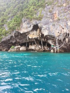 "Maya Bay: The BEST Way to Experience ""The Beach"" in Koh Phi Phi Leh of Thailand by DrifterPlanet.com  Whether it's adventure or sunbathing, it's got to be #MayaBay Koh #PhiPhi, Thailand. P.S. Seize the moment! http://phi-phi.com"