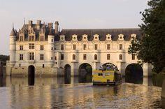El castillo de Chenonceau sobre la corriente del río Cher, en los países del Loira