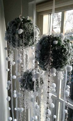 In this DIY tutorial, we will show you how to make Christmas decorations for your home. Unique Christmas Decorations, Cool Christmas Trees, Christmas Love, Holiday Decor, Christmas Ornaments, Pinterest Christmas Crafts, Xmas Crafts, Winter Window Display, Christmas Chandelier