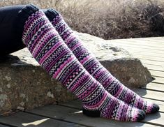 Pinkkiraitaiset ylipolvensukat | Hand knit over the knee socks | Pitsin viemää