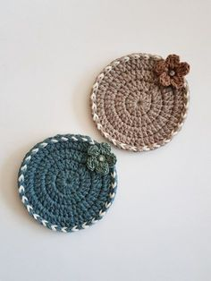 Crochet Squares Design Crocheted coasters for Christmas. The pieces are worked in DROPS Cotton Light. Crochet Kitchen, Crochet Home, Love Crochet, Crochet Gifts, Knit Crochet, Crochet Coaster Pattern, Granny Square Crochet Pattern, Crochet Squares, Crochet Patterns