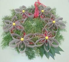 Corona navideña con rollos de papel higiénico, laurel y pino.