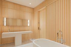 Badrumsinspiration: Hemma hos Carine Roitfeld i Paris David Chipperfield Architects, Carine Roitfeld, Timber Cladding, Parisian Apartment, Bathroom Interior Design, Modern Bathroom, Zen Bathroom, Modern Architecture, Furniture