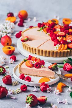 This amazing fresh summer fruit cream tart recipe is an easy vegan no-bake tart made of simple cookie crust with creamy fruit mousse filling! Easy Desserts, Dessert Recipes, Tarte Vegan, Fresh Fruit Tart, Fruit Tarts, Patisserie Vegan, Healthy Candy, Dessert Aux Fruits, Delicious Fruit
