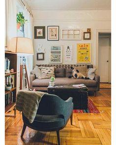 """""""Sala com uma decoração realizável. Reparem que a mesa de centro é um baú. #inspiracao"""""""