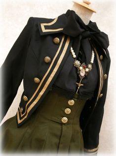 英国っぽい?軍服モチーフの女の子。胸元アップ。可愛い!