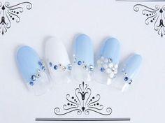 ブルーのメインカラーに白で爽やかさをプラス、お花のエンボスで可愛らしさを演出したブライダル・ウェディングネイルです。