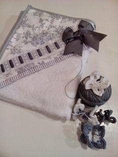 b e b e t e c a: MÁS ALLÁ DE LOS LAZOS.bebetecavigo.Capa de baño con tela aplicada,volante,entre dos de algodón y lazo,más imposible.bebetecavigo.