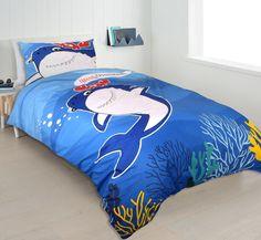 Haai dekbedovertrek voor kinderen. De lieve haai lacht je toe en groet je, middels een tekstwolk. Al het moois wat de zee te bieden heeft zie je terug op dit kinderdekbedovertrek! Comforters, Blanket, Bed, Creature Comforts, Blankets, Stream Bed, Carpet, Beds, Duvet