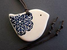 Colar Pássaro da flor em azul cobalto e branco