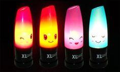 """""""E o que dizer dessas luminárias que misturam um batom luminoso e expressões fofas? Para quem é fã de maquiagem, é um ótimo presente para renovar o visual do quarto. Com 24 x 10 cm tem duas opções de iluminação: contínua e pulsante. Funciona com 3 pilhas AAA e tem botão de liga/desliga. Na loja coletiva Encaixados."""""""