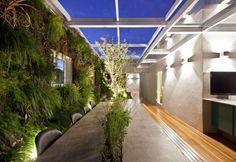 Apartamento de três andares tem jardins verticais por todos os lados