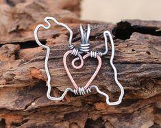 Mis propios diseños originales, estos perros encantadores son cuidadosamente elaborados de alambre de cobre y alambre de plata esterlina