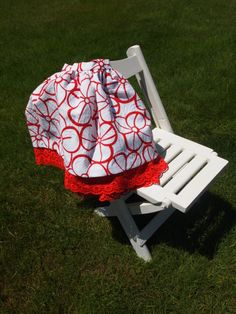 Falda de pique blanco con flores rojas y tira bordada. F002. 30€