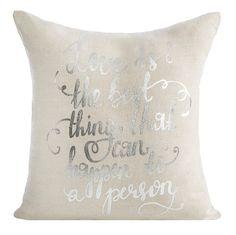 Beżowe poszewki na poduszki w srebne napisy