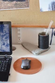 Sy i läder - musmatta - Diagnos:Kreativ Nespresso, Coffee Maker, Kitchen Appliances, Tableware, Creative, Coffee Maker Machine, Diy Kitchen Appliances, Coffeemaker, Dinnerware